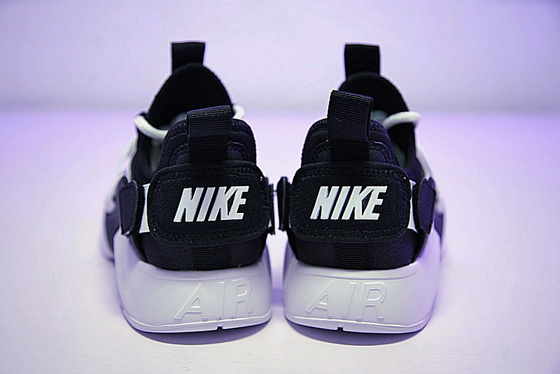 c585a4c9aeb2516c4a08fe95474a950e - 情侶鞋 Nike Air Huarache City Low 機能 百搭 慢跑鞋 黑白 AH6804-002