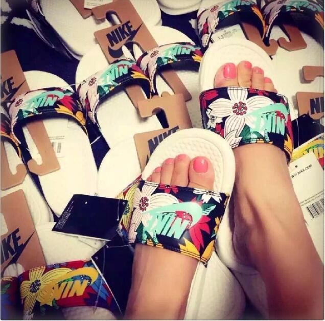 6827a424f6a8a8bd4e0538953e6a04e3 - Nike Benassi Print 女神花卉 拖鞋 印花 防水防滑 女款 時尚 百搭