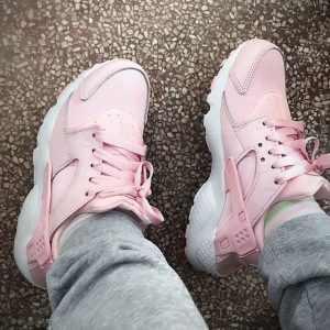02002a90716e2f3e 300x300 - 女神鞋 Nike Air Huarache Run Premium 華萊士 復古 慢跑鞋 夢幻粉 904538-600