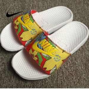 12fb4fa22a0cb98f 300x300 - Nike Benassi Print 女神花卉 拖鞋 黃色 印花 防滑 防水 時尚 百搭
