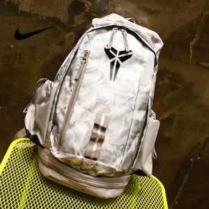 5b06ac79bd04567d 300x300 - 羽毛款科比 Nike Kobe 籃球包 大容量 雙肩包 旅行包 學生書包 鞋袋包 白色 49*27*19