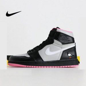 0b49a93c184d8aba 1 300x300 - Air Jordan 1 黑灰 粉鴿子 刺繡 高筒 休閒運動鞋 情侶款 最高品質 超熱賣❤️
